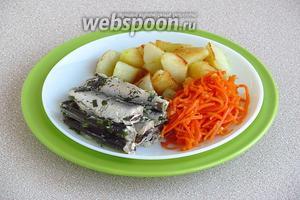 Кильку подать с картофелем в любом виде и овощами.