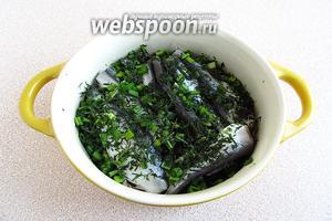 Выкладывать оставшуюся кильку слоями, пересыпая зеленью и посыпая солью.