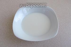 В молоко всыпать муку и размешать до получения однородной массы.