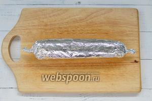 Завернуть несколько раз плотно в фольгу. С боков защипнуть фольгу, как конфетку. Оставить на ночь мариноваться в холодильнике.