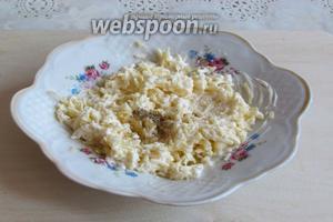 Сыр натереть на мелкой тёрке, смешать с майонезом и перцем. По желанию можно оставить немного тёртого сыра для оформления.