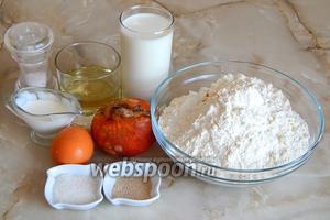 Для приготовления домашнего лукового хлеба вначале подготовим необходимые продукты: пшеничную муку (у меня высшего сорта), молоко (чуть подогретое — 37-39°C), масло растительное без запаха, репчатый лук, соль, сахар, сметану, дрожжи сухие хлебопекарные.