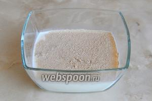 В тёплом молоке растворяем сахарный песок и туда же высыпаем дрожжи. Важно: всегда внимательно читайте, что написано на упаковке! Быстродействующие дрожжи добавляются непосредственно к муке, а хлебопекарные сухие требуют предварительного смешивания с жидкостью. Пока активизируются дрожжи, нарезаем средним кубиком очищенный лук и обжариваем его в 4 столовых ложках растительного масла до хруста (следите, чтобы не подгорел).