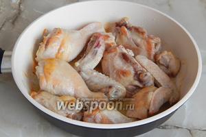 На сковороду наливаем подсолнечное масло, прогреваем его до появления едва заметного дымка (это значит, оно прокалилось) и обжариваем в нём кусочки курицы. Мясо нужно предварительно промыть и обсушить бумажными полотенцами, чтобы в процессе обжаривания не было брызг. Курицу жарим минут 15, периодически поворачивая, до полуготовности и румяной корочки.