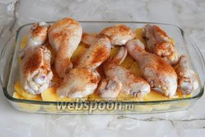 На картошку кладём обжаренную курицу вместе с маслом, на котором она жарилась, и присыпаем приправой. Можно долить немного воды (около 100 мл).