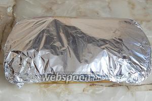 Форму плотно накрываем пищевой алюминиевой фольгой и помещаем в разогретую до 180°C духовку готовиться примерно час. Время приготовления зависит от картофеля: разные сорта готовятся по-разному.