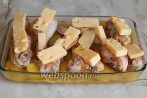 Через отведённое время снимаем фольгу и кладём на каждый кусочек курицы ломтик сыра Маасдам. Ставим блюдо снова в духовку минут на 10-15.