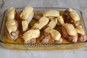 Картофель с курицей под сырной шапочкой готов. Подаём его со свежими овощами и зеленью. Угощайтесь!