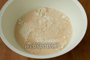 В миску просеять муку, добавить к ней соль, сахар, оставшуюся воду и поднявшуюся опару.