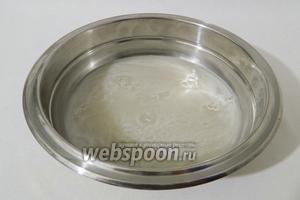В глубокой миске разводим в тёплой воде сахар и дрожжи. Хорошо перемешиваем, добавляем розовую воду.