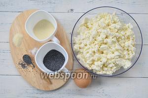 Основные ингредиенты — творог, яйца, мак, манная крупа и соль.