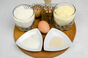 Чтобы испечь фокаччу, необходимо замесить тесто. Для теста нужно взять муку кукурузную, пшеничную, яйцо, картофель (отварить пюре), соль, сахар, дрожжи, тёплую воду, оливковое масло.