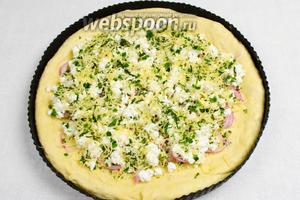 Четвёртый слой чесночной зелени покроет начинку из сыра.