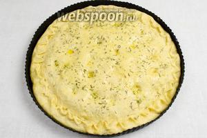 Накрыть начинку второй лепёшкой. По краю плотно закрепить тесто. Пальцами вдавить углубления-кармашки по всей поверхности. Смазать верхнюю поверхность оливковым маслом. Посыпать тимьяном. Поставить в тепло на 15 минут.