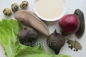 Для салата возьмём отварные свёклу и говяжий язык, 0,5 луковицы ялтинской, маринованный огурец, майонез, салат зелёный и яйца перепелиные, набор для маринования лука — лавровый лист, перцы душистый и горошком.
