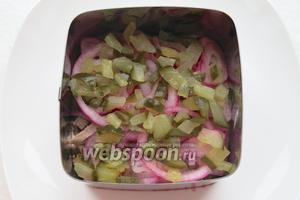 Четвертый слой — огурцы. Прослойка из лука и огурцов — сочная, пряная, салат можно не солить. Второй — четвертый слой укладываем не плотно, ингредиенты соединяются, салатная горка должна быть лёгкой «кучерявой».