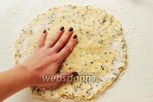 Выложить тесто на хорошо припорошенный мукой стол (тесто липнет к рукам, но не забивайте его мукой), посыпать мукой сверху и расплюснуть в круг.