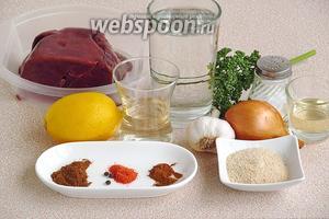 Для приготовления блюда нужно взять печень свиную (обязательно хорошо размороженную), воду, репчатый лук, белое сухое вино (у меня «Совиньон»), половинку лимона, панировочные сухари, масло подсолнечное рафинированное, зелень петрушки, чеснок, соль, перец красный молотый, корица молотая, тмин молотый и перец чёрный горошком.