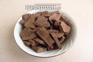 Готовую печень вынуть из бульона и нарезать тонкими пластинами.