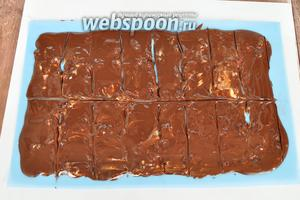 Растопить в микроволновой печи тёмный шоколад, нанести его поверх белого. Разровнять, дать остыть и когда шоколад начнёт схватываться, но ещё будет пластичным, разрезать на прямоугольники. Поставить в морозильник.