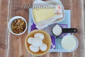 Для крема на основе английского соуса потребуется: размягчённое сливочное масло, орехи грецкие, яичные желтки, сахар, молоко.