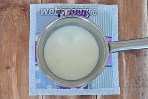Молоко с ванильным сахаром нагреть.