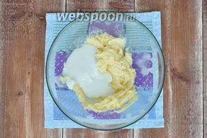 Масло должно быть мягкое, комнатной температуры. Масло растереть с сахаром, добавить сметану, перемешать.