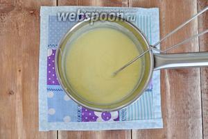 Тонкой струйкой в горячее (но не кипящее) молоко вливать желтки, не переставая мешать смесь. Нагревать до загустения, снять с огня и остудить до комнатной температуры. Английский ванильный соус готов.