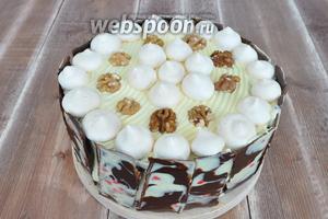 Выложить на верхнюю часть торта шарики безе и половинки грецкого ореха. Торт готов! Поставить его в холодильник на 2-4 часа и можно подавать.