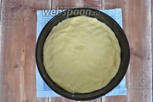 Тесто разделить на 2 части. Сформировать 2 коржа диаметром 20 см и выпекать в разогретой духовке при 180°C 12-15 минут. Проколоть вилкой, чтобы не вздувались.