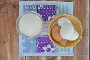 Для безе потребуются яйца (только белки), сахар, немного соли и капелька лимонного сока.