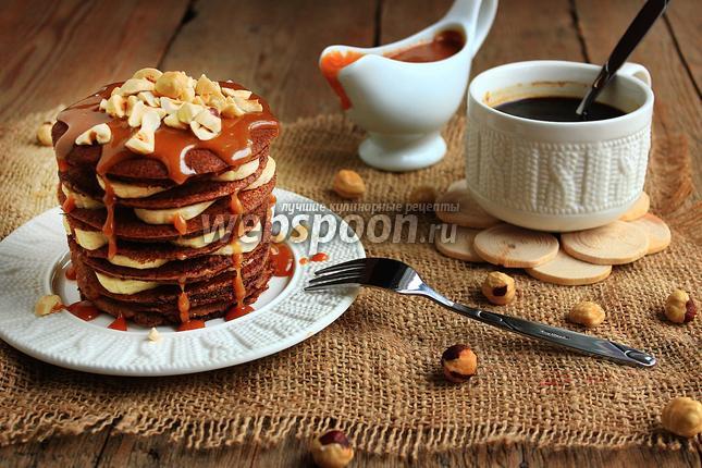 Фото Шоколадно-ржаные блинчики с карамельным соусом