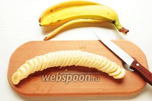 Бананы, нарезать кружочками, сбрызнуть лимон. соком. Фундук (очищенный и поджаренный), нарубить.