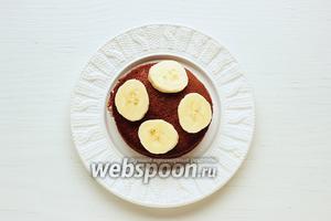 Выложить банан, на блинчик, накрыть вторым и т.д.