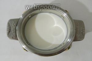 Молоко (300 мл) нагреваем на среднем огне, но не кипятим.
