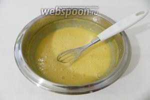 Отдельно взбиваем 2 яйца с сахаром (3 ст. л.) и мукой (160 грамм).