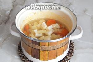 Добавляем кусочки плавленого сыра. Постоянно помешивая суп, доводим его до того состояния, когда сырки полностью растворятся. Солим и перчим по вкусу, при этом не забываем, что сырки и так достаточно солёные.