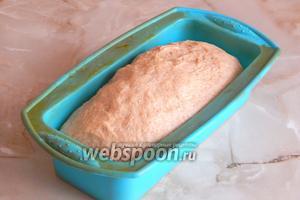 Тесто увеличилось раза в 1,5. Отправляем его выпекаться при температуре 180ºC около часа.