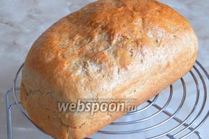 Вынимаем его из формы и остужаем на решётке. Очень вкусный и воздушный пшенично-ржаной хлебушек. Очень рекомендую!