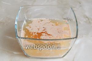 В тёплой (38ºC) воде растворяем мёд и крошим туда дрожжи. Оставляем в тёплом месте на 10-15 минут.