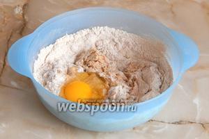 Добавляем в тесто яйцо и соль.