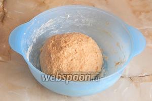 После 5-7 минутного замеса получился колобок. По текстуре тесто чем-то напоминает пластилин. Закрываем миску пищевой плёнкой, чтобы тесто не обветрилось, и отправляем в тёплое место на расстойку на 30 минут.