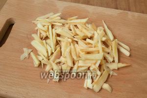 Яблоко очистить от кожуры и семян, нарезать соломкой.
