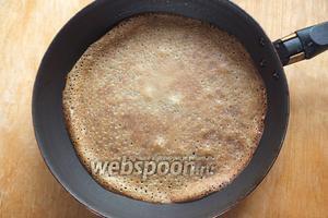 Из теста приготовьте примерно 18 тонких блинчиков диаметром около 18 см. Смазывать маслом не нужно!