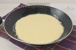 Сковороду разогреть, смазать подсолнечным маслом и вылить часть теста на сковороду.