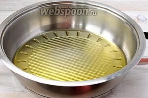Топлёное масло поместить на сковороду и довести до кипения.