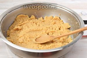 Варим на слабом огне до того момента, пока мука не приобретёт лёгкий ореховый вкус и аромат и приобретёт кремовый цвет. Постоянно помешиваем. Это займёт приблизительно 40 минут.
