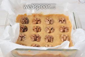 Выложить смесь в форму невысоким слоем (приблизительно 3-4 см). По желанию украсить сверху грецкими орехами.