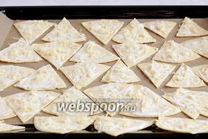 Посыпать чипсы сыром и поставить выпекать в разогретую до 180ºC духовку на 5-7 минут. Сыр должен расплавиться, а краешки чипсов подрумяниться.