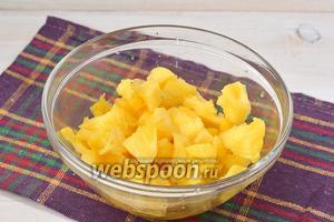Мякоть ананаса порезать небольшими кусочками. Чистый вес ананаса должен быть 300 грамм.